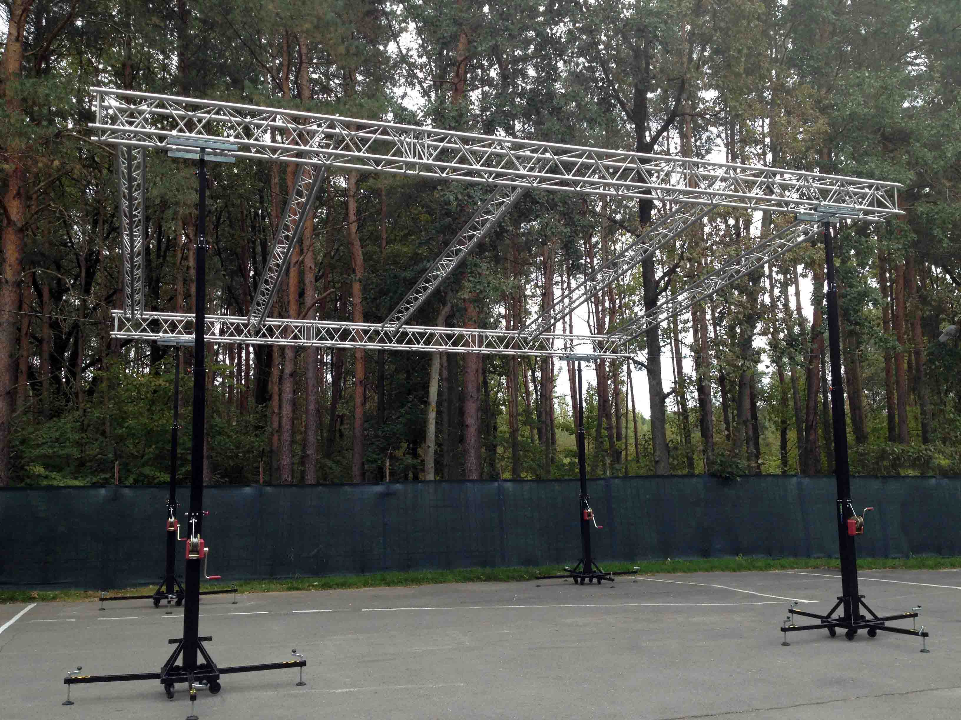 Truss structure with lifting towers @ Minsk (Belarus)